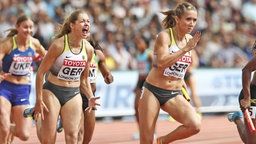 Die deutsche Sprinterin Gina Lückenkemper (l.) feuert ihre Teamkollegin Rebekka Haase (r.) in der 4 x 100-m-Staffel an. © imago/Beautiful Sports Fotograf: Axel Kohring