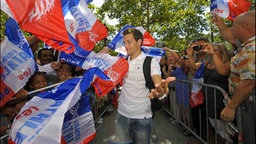 Renaud Lavillenie beim Empfang auf dem Champs Elysees in Paris nach der EM 2010 in Barcelona. © imago/PanoramiC Foto: PanoramiC